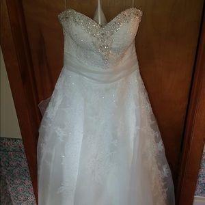 New- Never worn- Ivory Wedding Dress VE8209